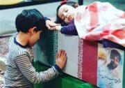 """ویدئو / وداع فرزندان شهید مدافع حرم """"جواد الله کرم"""" با پیکر پدر"""